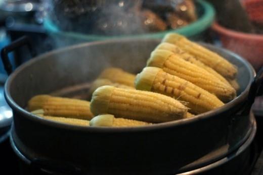 Tùy mức độ, ăn ngô luộc bằng pin sẽ gây ra ngộ độc tiêu hóa, nặng hơn thì tích lũy và tiềm ẩn ung thư. Ảnh: VTC News.