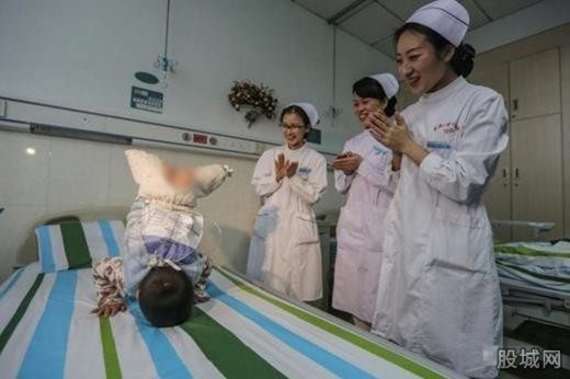 Điệu nhảy 'quả táo' của em Lý Hải Phong