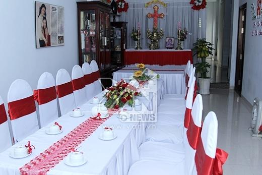 Phòng khách nhà Trúc Diễm khá rộng, đủ để đặt một chiếc bàn dài đón khách. Trên tường treo rất nhiều bằng khen, hình ảnh cũng như những bài báo về cô. - Tin sao Viet - Tin tuc sao Viet - Scandal sao Viet - Tin tuc cua Sao - Tin cua Sao