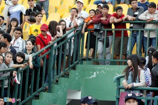 Sau khi kết thúc trận đấu, hàng trăm fan nữ đã kéo đến hàng rào chờ Công Phượng, Tuấn Anh... cùng đội HAGL đề chụp hình.