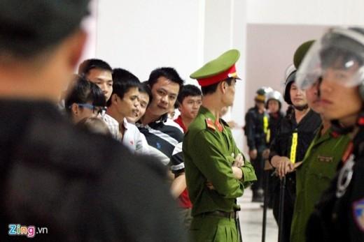 Lực lượng bảo vệ phải giăng dây, xếp hàng dài để ngăn cản đám đông kéo đến xin chữ ký và chụp hình với thần tượng gây mất trật tự.