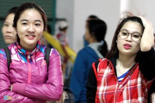 Hai fan nữ xinh đẹp chờ sẵn để được trực tiếp gặp mặt những cầu thủ trẻ tài năng của HAGL.