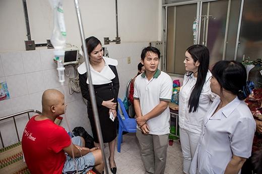 Lý Nhã Kỳ đến hỏi thăm sức khỏe, hoàn cảnh của từng bệnh nhân. - Tin sao Viet - Tin tuc sao Viet - Scandal sao Viet - Tin tuc cua Sao - Tin cua Sao