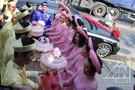 Nếu như dàn bưng quả nhà trai diện áo dài màu vàng, thì các cô gái bưng quả nhà gái lại diện áo dài hồng dịu dàng, thướt tha. - Tin sao Viet - Tin tuc sao Viet - Scandal sao Viet - Tin tuc cua Sao - Tin cua Sao
