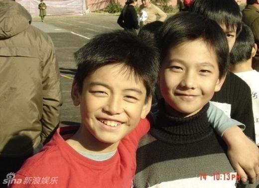 Dương Dương ngày bé (phải) đã có vẻ ngoài hơn hẳn bạn cùng trang lứa