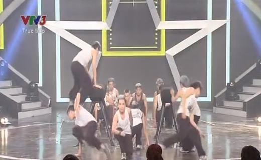 Gia Đình Bong Bóng với 16 thành viên khép lại đêm thi đầy ấn tượng với màn nhào lộn.