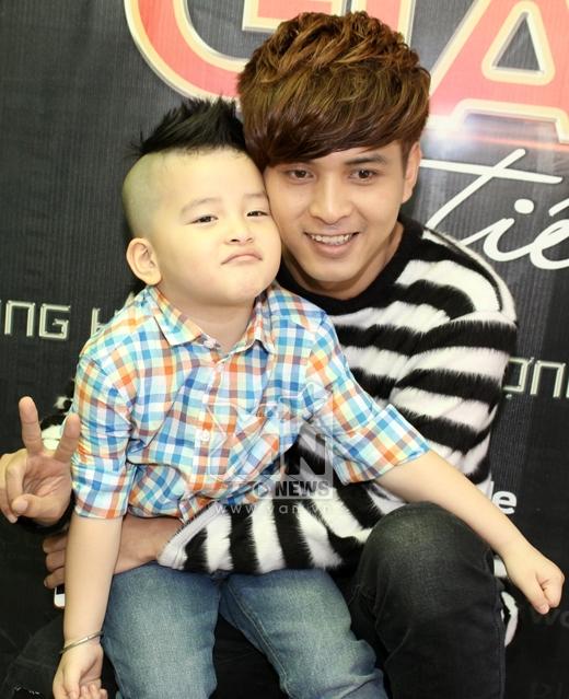 Hồ Quang Hiếu hớn hở chụp ảnh cùng fan nhí.