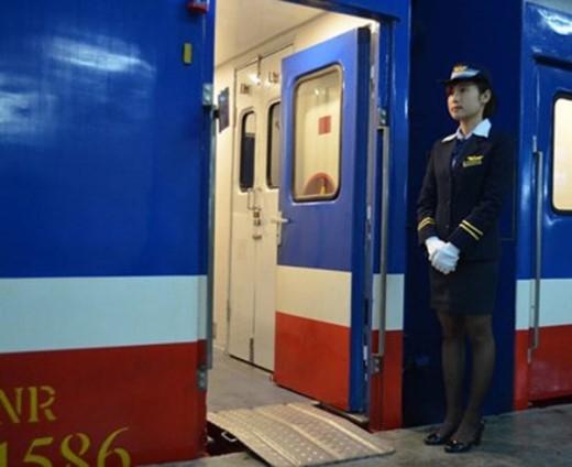Đội ngũ nhân viên luôn niềm nở đón chào khách lên tàu.