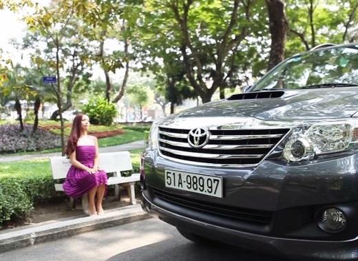 Cũng giống như Thu Trang, người mẫu Thúy Hạnh bị một chiếc xe lạ mặt đến tận nơi đón đưa đi
