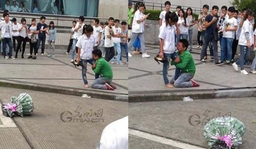 Trong hình, chàng trai quỳ gối trên đường, hai tay ôm chặt chân cô gái, một bó hoa bị vứt bên cạnh. Hai người không ngừng giằng co khi cô gái cố rút chân ra. Trong một bức ảnh khác, cô gái bị ngã xuống vì chàng trai níu kéo quá mạnh.