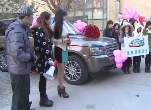 Chiếc xe đắt tiền cùng với trên tay cô gái là bìa đỏ của chung cư là món quà để tỏ tình với đối tượng của mình