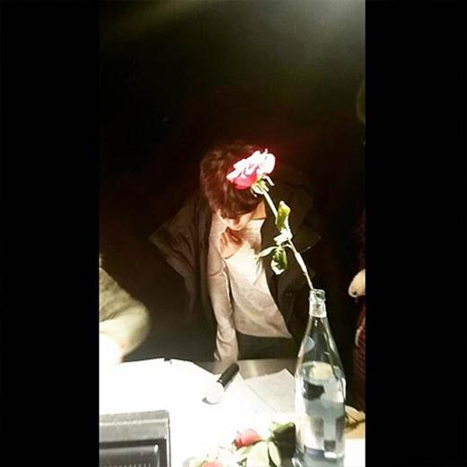 Wooyoung khoe hình ngộ nghĩnh cùng cành bông hồng trong chai, anh viết: 'Hoa hồng biểu tượng cho tình yêu đích thực, sẽ ổn thôi nếu tôi bị đâm bởi gai'.