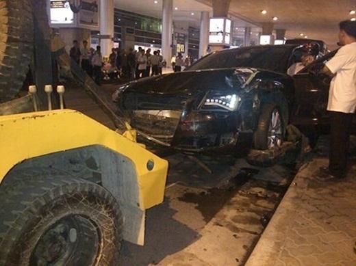 Hiện trường vụ đâm xe thảm khóc tối qua tại sân bay Tân Sơn Nhất - Tin sao Viet - Tin tuc sao Viet - Scandal sao Viet - Tin tuc cua Sao - Tin cua Sao