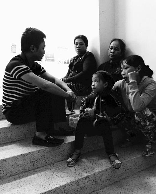 Bức ảnh cho thấy anh đã đến thăm hỏi gia đình các nạn nhân và chân thành trò chuyện, chia sẻ cùng họ. Có thể thấy gia đình Hồ Ngọc Hà đang làm tất cả những gì có thể để bù đắp cho các nạn nhân. - Tin sao Viet - Tin tuc sao Viet - Scandal sao Viet - Tin tuc cua Sao - Tin cua Sao