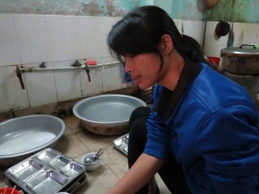 Cúc phụ giúp công việc tại căng tin trong ký túc xá.