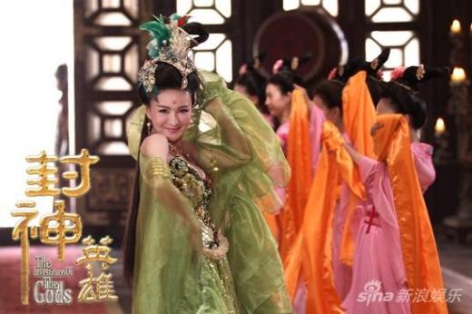 Màn ca vũ của Trịnh Diệc Đồng cũng khoe vòng 1 quá lố