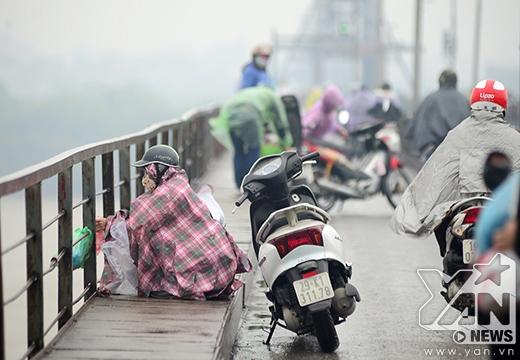 Người dân đỗ lại trên cầu rất đông để phóng sinh.