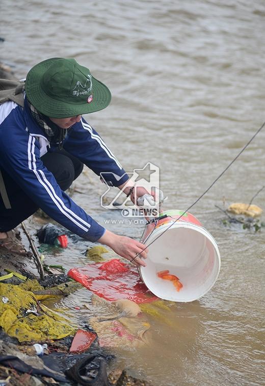 Người dân có rất nhiều cách thả cá khác nhau.