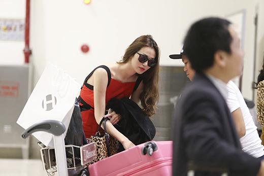 Cô nàng tranh thủ kiểm tra lại hành lý trước khi lên đường. - Tin sao Viet - Tin tuc sao Viet - Scandal sao Viet - Tin tuc cua Sao - Tin cua Sao