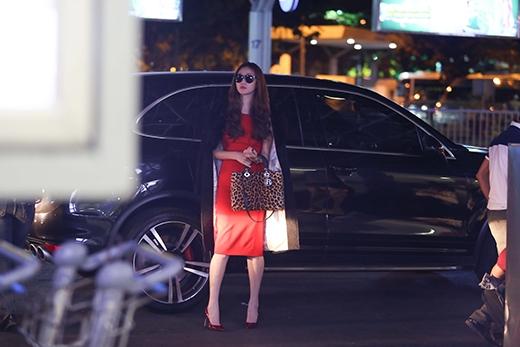 Diện chiếc đầm đỏ kết hợp với phụ kiện túi da beo, Khánh My vô cùng sành điệu và nổi bật tại sân bay tối qua. - Tin sao Viet - Tin tuc sao Viet - Scandal sao Viet - Tin tuc cua Sao - Tin cua Sao