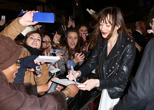 Nữ diễn viên Dakota Johnson được chào đón nồng nhiệt.