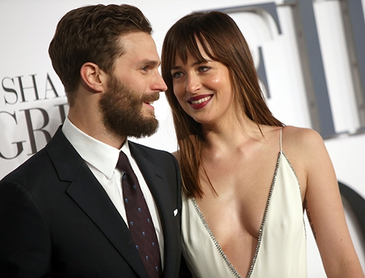 Dakota tình tứ bên bạn diễn Jamie trên thảm đỏ.