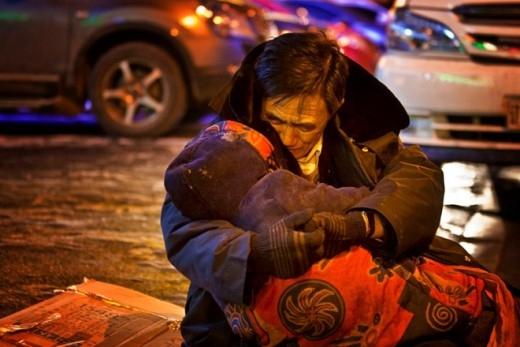 Trên đường tới hiệu thuốc, một phụ nữ tại thành phố Thẩm Dương, tỉnh Liêu Ninh đột tử vì đau tim vào tối 17/12/2014. Người chồng mở cúc áo khoác và ôm chặt vợ. Ông ngồi trong tư thế ôm thi thể vợ trong khoảng nửa giờ. Khi đó nhiệt độ ngoài trời chỉ ở mức -17 độ C. 'Hãy để tôi ngồi với bà ấy thêm chút nữa. Xe cứu thương sắp đến rồi', ông nói.