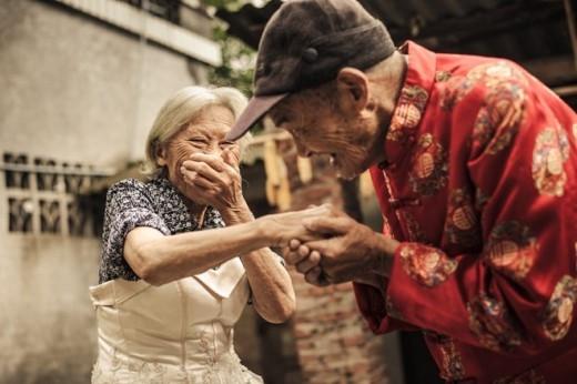 Dù đều hơn 100 tuổi và sống cùng nhau 81 năm, một cặp vợ chồng ở thành phố Mi Sơn, tỉnh Tứ Xuyên vẫn tỏ ra rất tình cảm với nhau trong cuộc sống hàng ngày. 'Chúng tôi không có giấy hôn thú, nhẫn kim cương, tuần trăng mật khi kết hôn. Hai gia đình chỉ ăn một bữa cơm để đánh dẫu lễ cưới', Yang Zhichang, người đàn ông trong ảnh, nói.