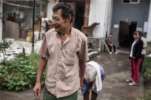 Zhou Qunxing - một phụ nữ ở thành phố Lô Châu, tỉnh Tứ Xuyên - mắc bệnh teo cơ nên không thể tự làm mọi việc trong cuộc sống hàng ngày. Nhưng Mo Shunhai, chồng của bà trong 34 năm qua, luôn ở bên để giúp vợ. 'Khi thấy Zhou lần đầu tiên, tôi tưởng bà ấy là mẹ của ông Mo, vì bà ấy già hơn chồng rất nhiều với lưng còng và mái tóc bạc', một người hàng xóm của Zhou kể. 'Giờ đây bà ấy không thể nói tròn tiếng và cần sự trợ giúp trong mọi việc. Mơ ước lớn nhất của tôi là chết sau bà ấy để có thể chăm sóc bà ấy đến phút cuối cùng của cuộc đời', Mo nói.