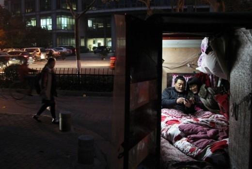 Cheng Kaili - một nông dân 58 tuổi ở thành phố Liên Vân Cảng, tỉnh Giang Tô - xem ảnh các cháu cùng người vợ bại liệt trong ngôi nhà di động nhỏ. Vợ của Cheng liệt toàn thân từ khi mới chào đời và bệnh của bà trở nên nặng hơn từ năm 2010. Bà khóc rất nhiều vì cảm thấy vô vọng. Để giúp vợ yêu cuộc sống hơn, Cheng biến một xe ba gác thành ngôi nhà di động rồi đưa bà tới các tỉnh. Trong vòng một năm qua, họ đã tới 10 tỉnh của Trung Quốc.