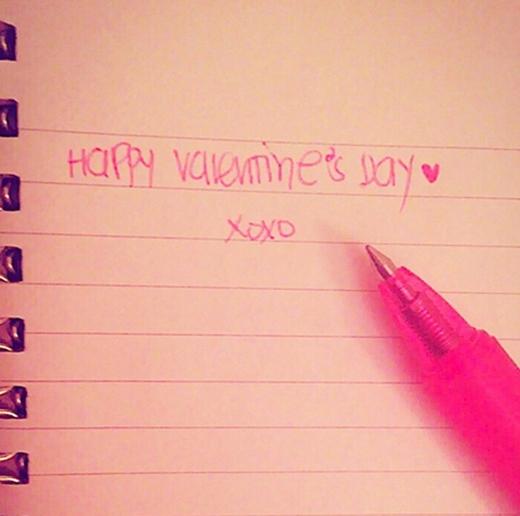 Tiffany khoe hình có chữ viết tay chúc mừng ngày tình yêu.