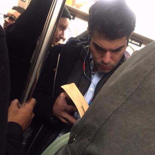 Mặc dù không có được một chỗ ngồi tử tế, nhưng điều đó cũng không ngăn cản niềm đam mê đọc sách của chàng trai này. Hãy nhìn cách anh ấy nhíu mày và chăm chú vào quyển sách. Thật hấp dẫn.