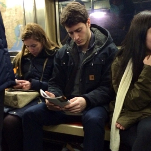 Mặc dù hai bên là hai cô gái, nhưng cũng không khiến chàng xao lãng khỏi quyển tạp chí đang cầm trên tay. Chưa kể, khuôn mặt của chàng vô cùng điển trai và bí ẩn.