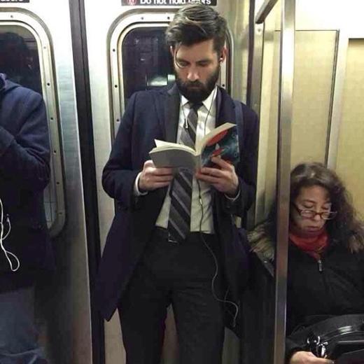 Woa! Bộ râu quai nón đúng chất 'Ăng lê'. Máy nghe nhạc, cravat, sơ mi và áo khoác ngoài... tất cả sẽ không hoàn hảo, nếu thiếu cuốn sách kia.