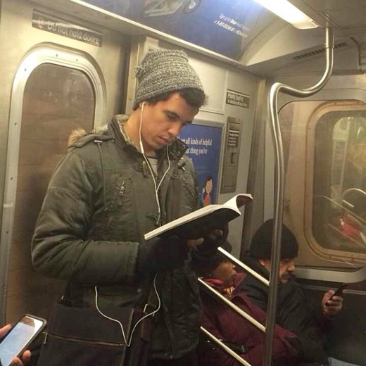 Có vẻ việc đọc sách luôn phải được kết hợp với việc nghe nhạc. Vậy là chàng ta có tận hai sở thích, tha hồ cho bạn bắt chuyện.