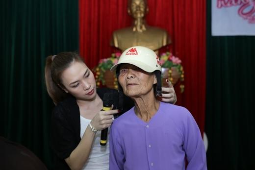 Cũng trong buổi giao lưu và trao quà tại Quảng Nam, cô đã giúp một bà cụ đội chiếc nón bảo hiểm trước khi ra về. Hành động này của cô khiến nhiều người khá bất ngờ vì lần đầu tiên được thấy một Mỹ Tâm giản dị đến vậy. - Tin sao Viet - Tin tuc sao Viet - Scandal sao Viet - Tin tuc cua Sao - Tin cua Sao