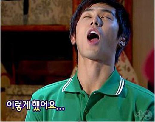 Yunho cho biết anh có thói quen ngủ và há miệng to như thế này. Trong một cuộc phỏng vấn, anh cho biết hy vọng mọi người sẽ không khiếp sợ nếu chứng kiến cảnh tượng này.