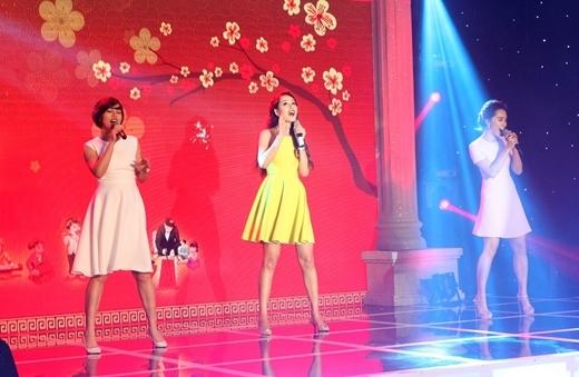 Cả ba đã cùng nhau hát trong một tiết mục cực kỳ đặc biệt mừng xuân nhằm quyên góp tiền mổ mắt cho các bệnh nhân nghèo.  - Tin sao Viet - Tin tuc sao Viet - Scandal sao Viet - Tin tuc cua Sao - Tin cua Sao