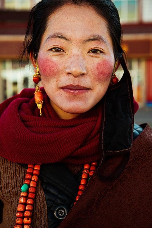 Một cô gái người Tibet, Trung Quốc.