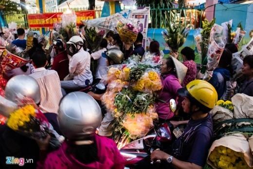 Cảnh tượng mua bán tấp nập. Cũng như mọi năm, chợ hoa Hồ Thị Kỷ Tết này cung cấp khá nhiều loại hoa đẹp và giá rẻ, phù hợp với những người lao động nghèo, như cúc, vạn thọ, hoa lan, lưu ly, lay ơn...