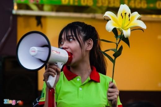 Ngoài những cửa hàng hoa đã có từ lâu trong khu chợ, Ủy ban nhân dân phường 1 quận 10 cũng biến thành 'chợ hoa' và hoạt động rất chuyên nghiệp. Người bán bắc loa rao thông báo giá từng loại hoa cho khách chọn mua.