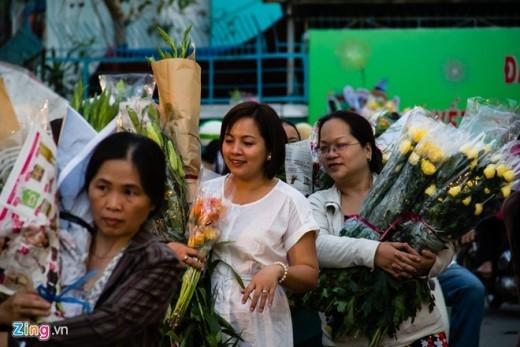 Nhiều người đi sớm may mắn mua được hoa tươi sau khi chịu cảnh chen lấn.