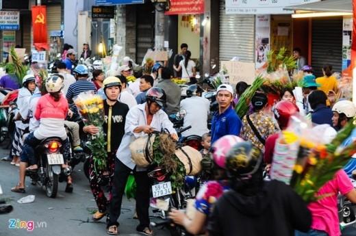 Đến tối, việc mua bán vẫn tập nập, tình trạng giao thông trở nên lộn xộn khi người bán ngang nhiên mang hoa ra bán giữa lòng đường.