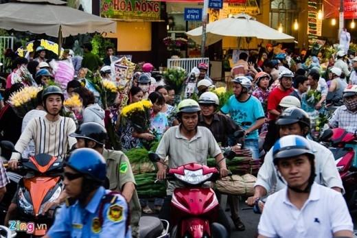 Người từ chợ ra, người bên ngoài vào khiến các tuyến đường quanh chợ hoa Hồ Thị Kỷ kẹt cứng đến đêm.