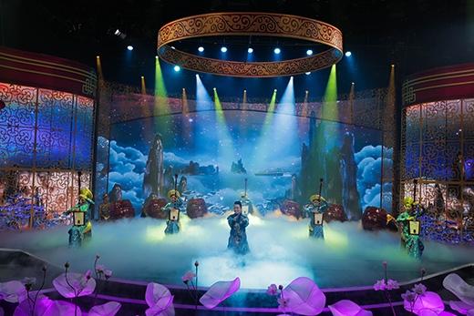 Sân khấu rực rỡ màu sắc của 'Táo quân 2015'.