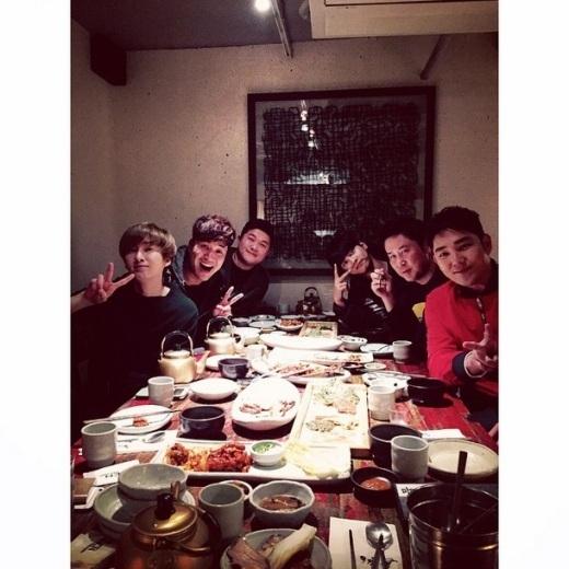 """Eunhyuk (Super Junior)cùng cùng những người bạn """"chí cốt"""" tổ chức tiệc mừng năm mới: """"Tiệc độc thân!!! Tiệc năm mới!!! Hôm nay chúng tôi đã kết thúc buổi ghi hình. Thật là thích quá đi. Chúc mừng năm mới nhé mọi người."""""""