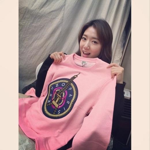 """Park Shin Hyethích thú khoe quà sinh nhật và gửi lời cám ơn đến các fan: """"Trong khi đang ghi hình, mình đã nhận được chiếc áo tặng sinh nhật từ cô bạn sinh cùng ngày cùng tháng, cùng năm, thậm chí cùng nhóm máu, Kang Sora. Hôm nay mình đã mặc chiếc áo này và trải qua cả ngày sinh nhật thật vui vẻ. Cám ơn tất cả mọi người. Hy vọng các bạn sẽ có một kỳ nghỉ Tết vui vẻ và tràn đầy hạnh phúc nhé!"""""""