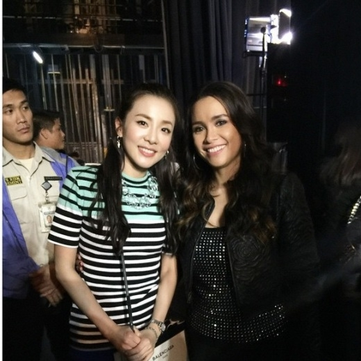 """Có mặt tại sự kiện diễn ra ở Phillipines,Dara (2NE1)khiến mọi người """"sửng sốt"""" với nhan sắc """"không tuổi' của cô và không quên khoe hình: """"Nữ nghệ sĩ người Phillipines nổi tiếng thế giới Lea Salonga. Thật là một vinh dự khi được gặp cô."""""""