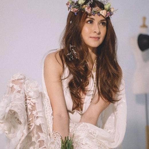 Người đẹp được mệnh danh mỹ nhân đẹp nhất Philippines nhiều năm liền được bầu chọn trong Top do FHM tổ chức. Cô cũng là diễn viên ăn khách trên màn ảnh nhỏ