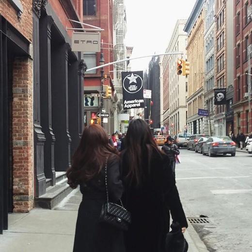 Jessica khoe hình cùng em gái tại đường phố New York